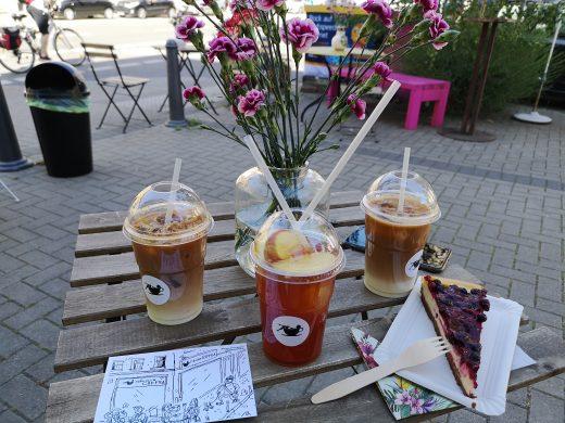 Das Bild zeigt Blumen und Kuchen bei Fräulein Coffea