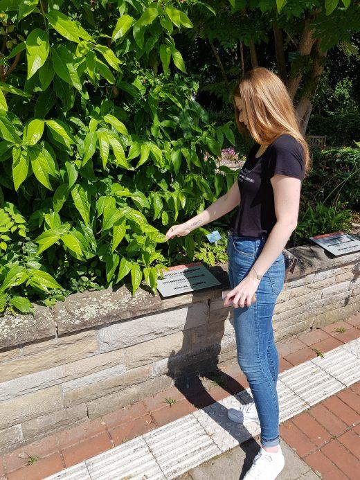 Das Bild zeigt Alex im Garten der Sinne