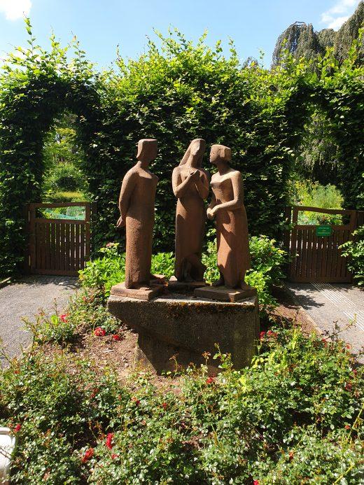 Das Bild zeigt eine Statue im Grugapark