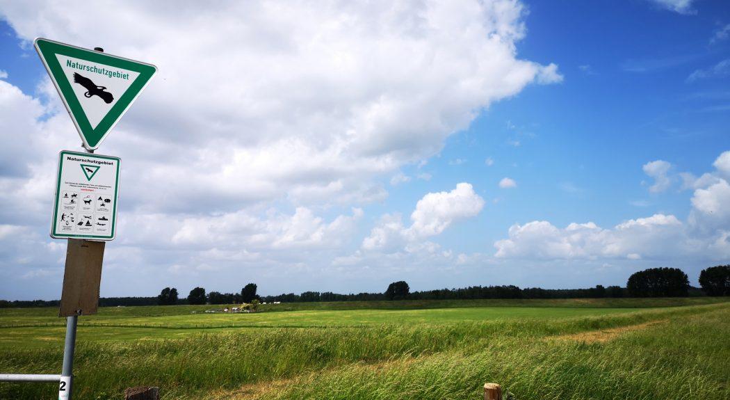 Das Bild zeigt ein Naturschutzgebiet-Schild.