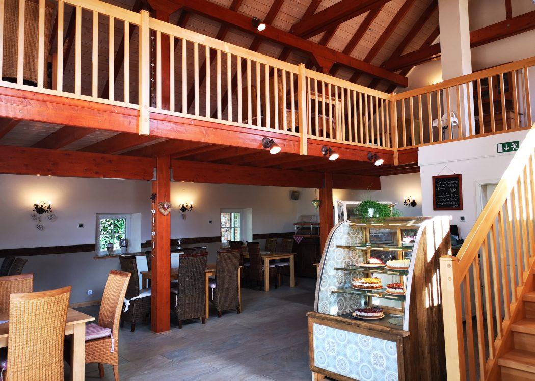 Das Bild zeigt das Innere eines Cafés