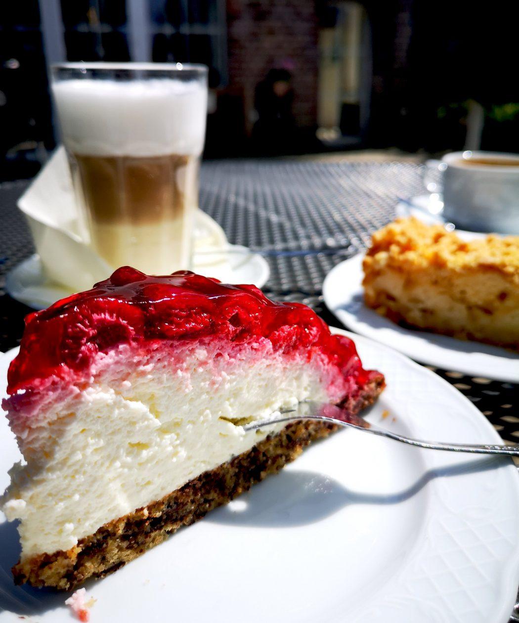 Das Bild zeigt Kaffee und Kuchen.