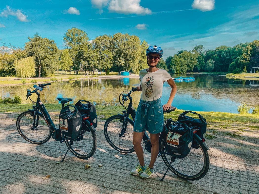 Das Bild zeigt Caro mit den Fahrrädern