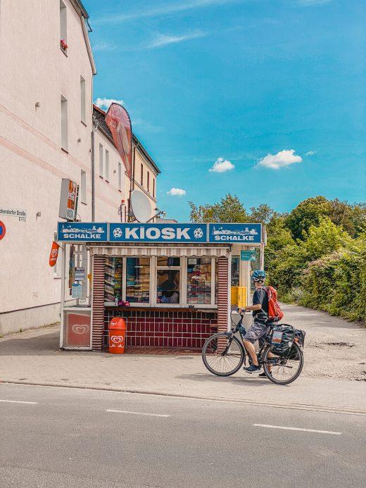 Das Bild zeigt eine Trinkhalle