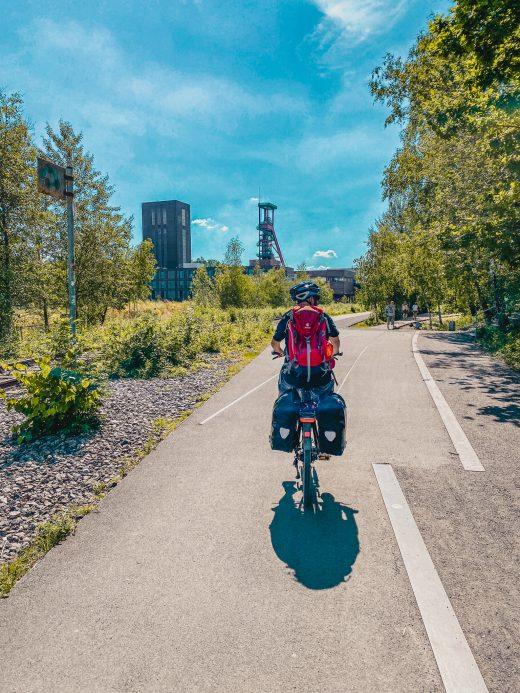 Das Bild zeigt einen Radler auf dem Weg zur Zeche Zollverein