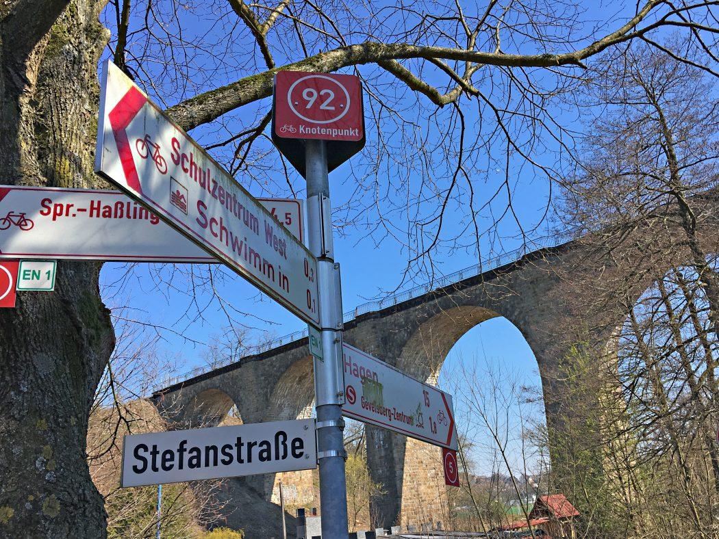 Das Foto zeigt das Eisenbahnviadukt der früheren Elbschetalbahn