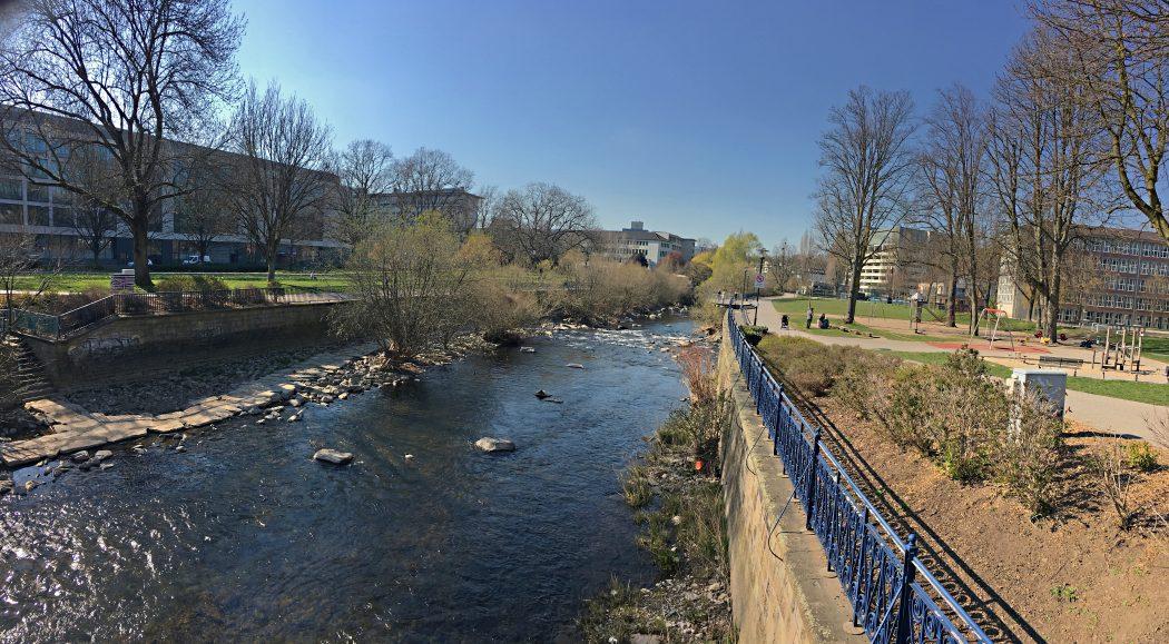 Das Foto zeigt das Ufer der Volme direkt im Zentrum von Hagen