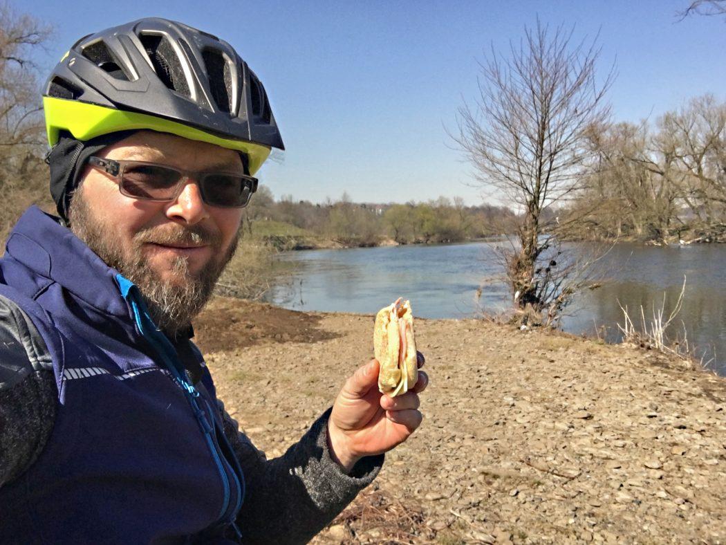 Das Foto zeigt einen Radfahrer bei der Pause an der Ruhr in Hagen