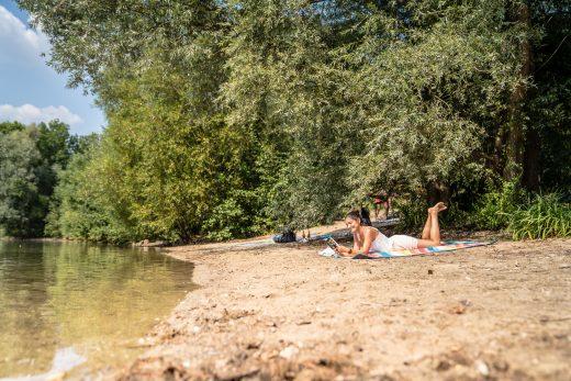 Das Bild zeigt eine Frau an der Sechs-Seen-Platte in Duisburg
