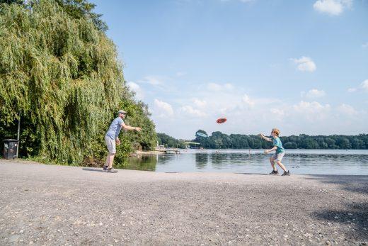 Das Bild zeigt einen Vater und seinen Sohn an der Sechs-Seen-Platte in Duisburg
