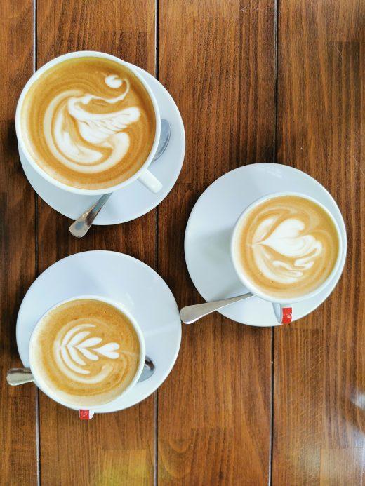 Das Foto zeigt Capuccino und Flawhite in der Bebuna Kaffeemanufaktur in Hamm