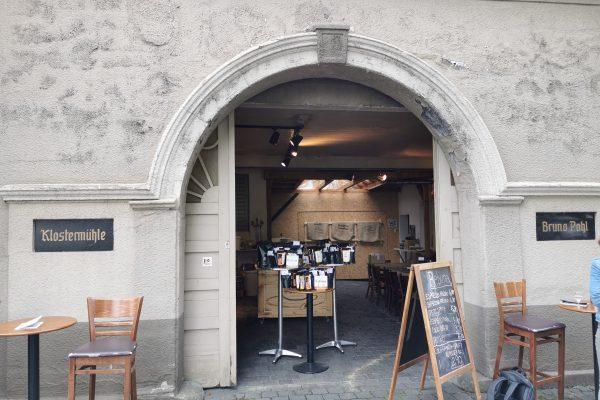 Das Foto zeigt den Eingang zur damaligen Klostermühle Bruno Pohl und zum heutigen Bebuna in Hamm