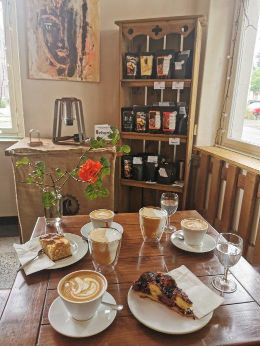 Das Foto zeigt Kaffee und Kuchen im Bebuna