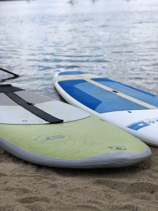 Das Bild zeigt Boards zum Stand Up Paddling