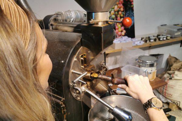 Das Foto zeigt Sandra beim der Kontrolle des aktuellen Kaffee-Röstgrads im Bebuna in Hamm