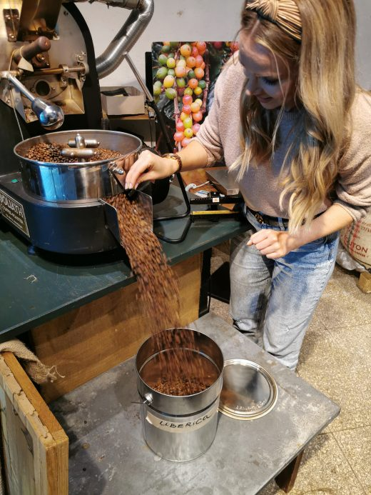 Das Foto zeigt Sandra beim Abfüllen ihrer eigens gerösteten Kaffeebohnen