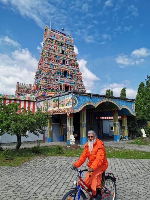 Das Foto zeigt den tamilischen Priester Siva Sri Arumugam Paskarakurukkal am Hindutempel in Hamm