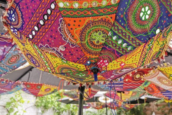 Das Foto zeigt den schön dekorierten Außenbereich im Hof des Maharanis in Hamm