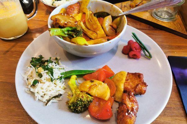 Das Foto zeigt die Bago Bago Pfanne mit viel Gemüse und Hühnchen im Maharani in Hamm