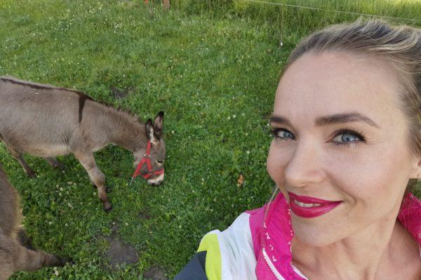 Das Foto zeigt Sandra mit zwei Eseln in Hamm