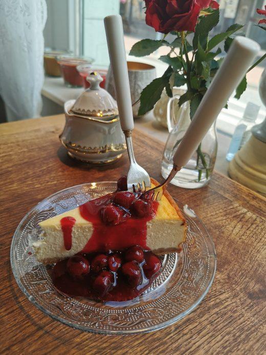 Das Foto zeigt den New York Cheesecake von Künstler Osman Bol im Vintage Wohnhaus in Hamm