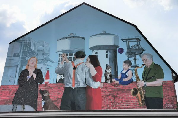 Das Foto zeigt ein Kunstwerk von Osman Bol auf dem Gebäude des Vintage Wohnzimmer in Hamm