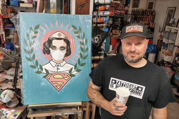 Das Foto zeigt Kai Wohlgemuth mit seinem berühmten Corona-Kunstwerk - der Super-Nurse