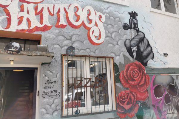 Das Foto zeigt den Eingang zu Kai Wohlgemuths Tattoostudio