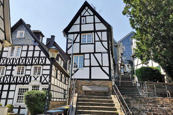 Das Foto zeigt die Altstadt mit Fachwerkhäusern in Essen-Kettwig