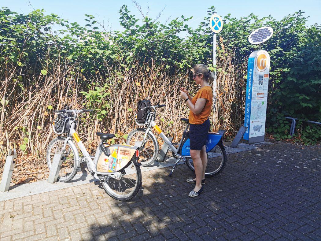 Das Foto zeigt Katalina an der Metropolrad Station am Wasserbahnhof Mülheim