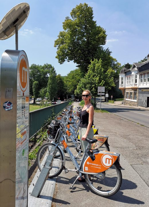 Das Foto zeigt Sandra an der Metropolrad Station in Essen am Baldeneysee