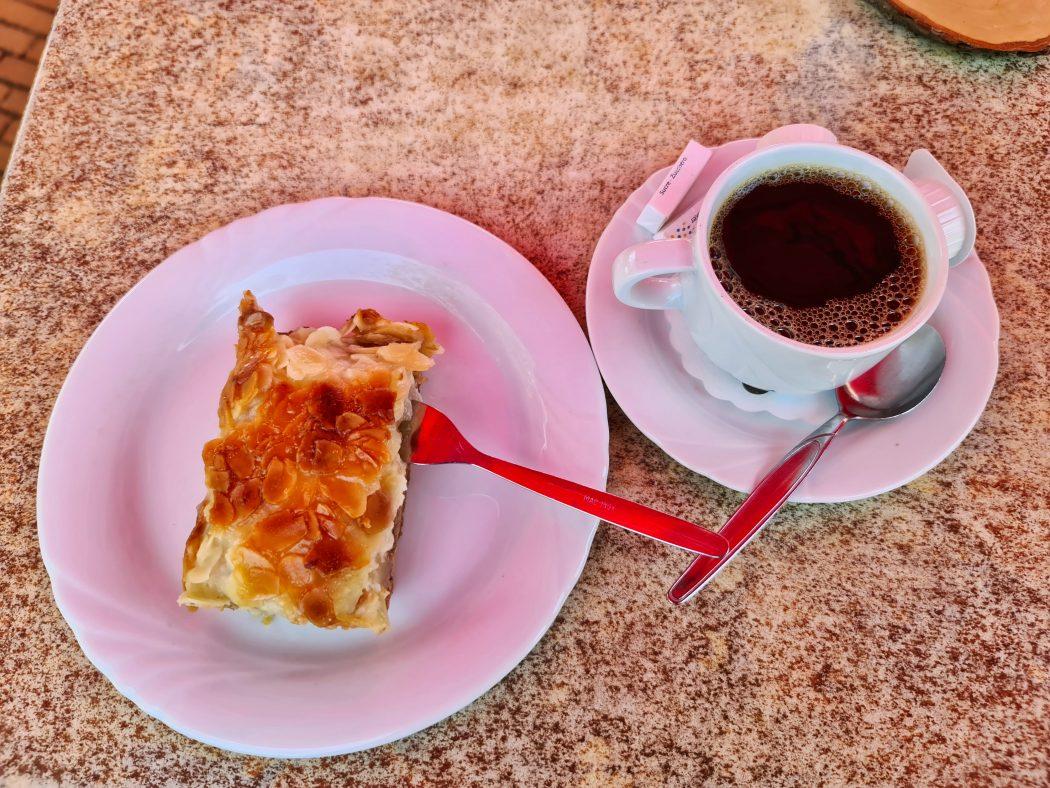 Das Foto zeigt Kaffee und Kuchen