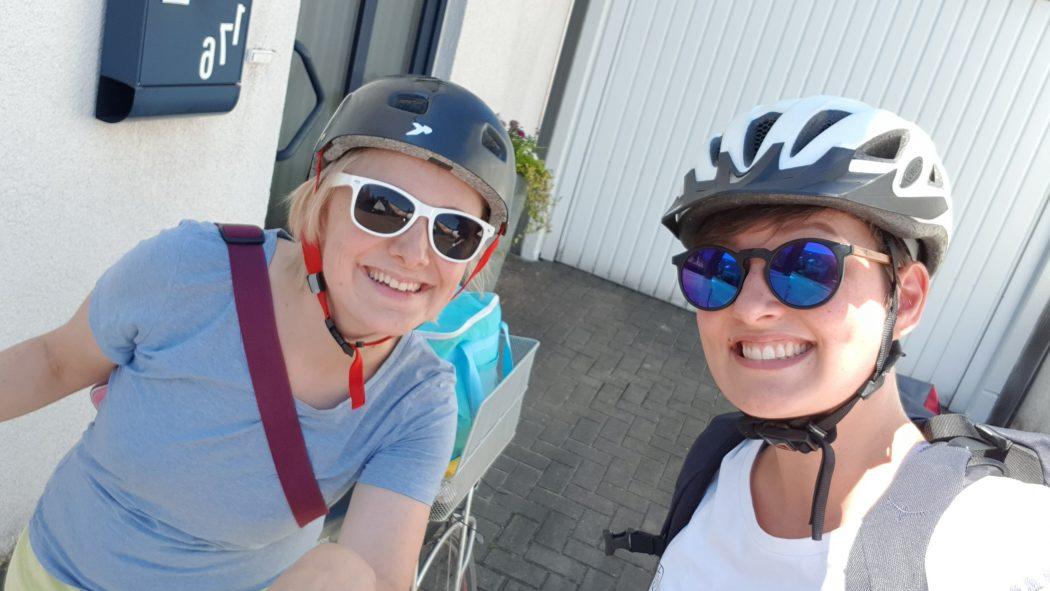 Das Foto zeigt Johanna und Annika beim Start ihrer Radtour in Dinslaken