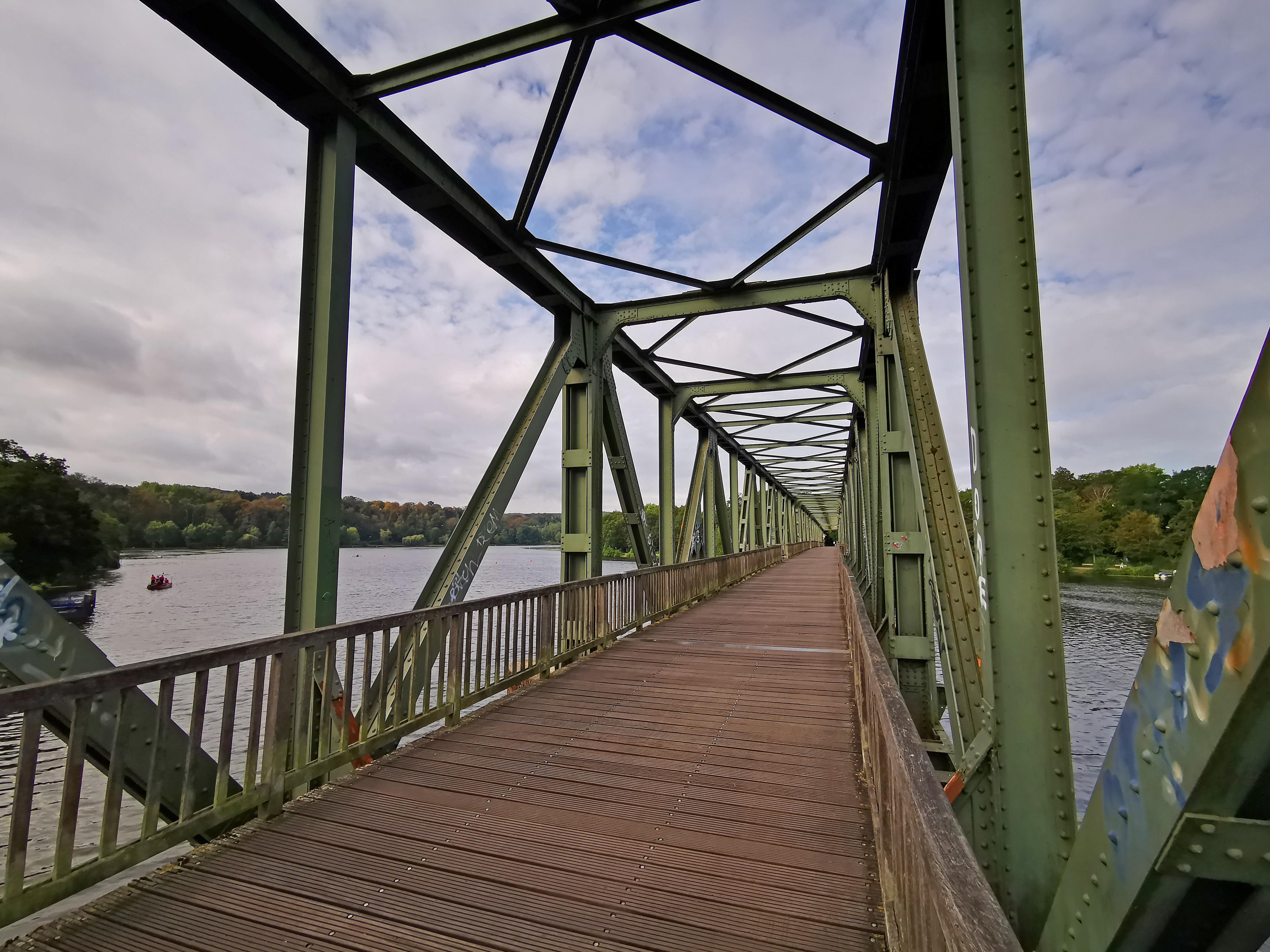 Das Bild zeigt eine Brücke über den Baldeneysee