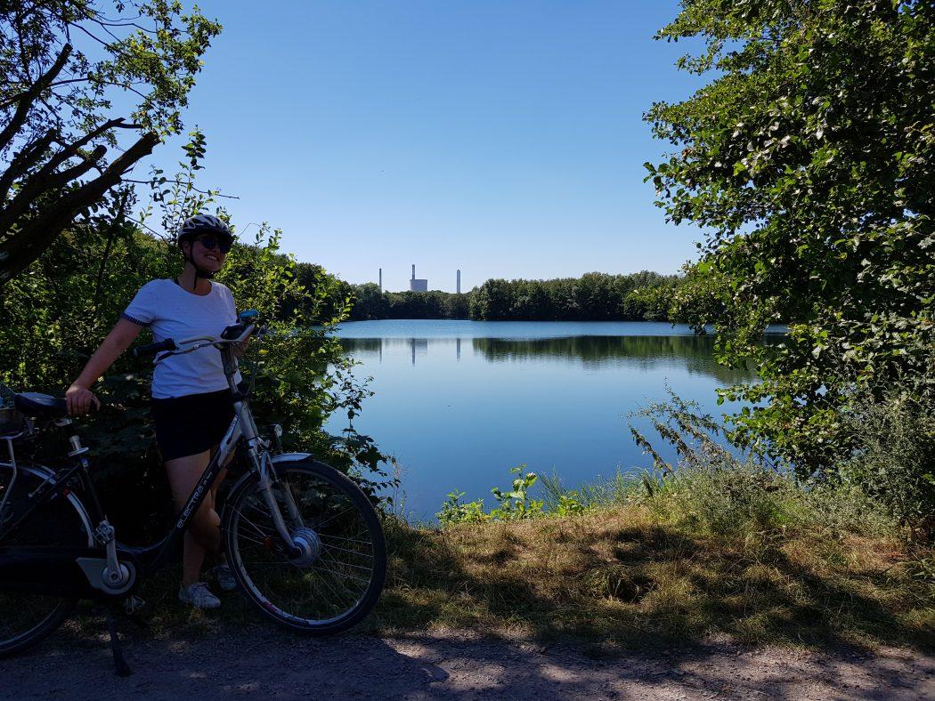 Das Foto zeigt Johanna an einem Nachbarsee des Tenderingssees im Biotop