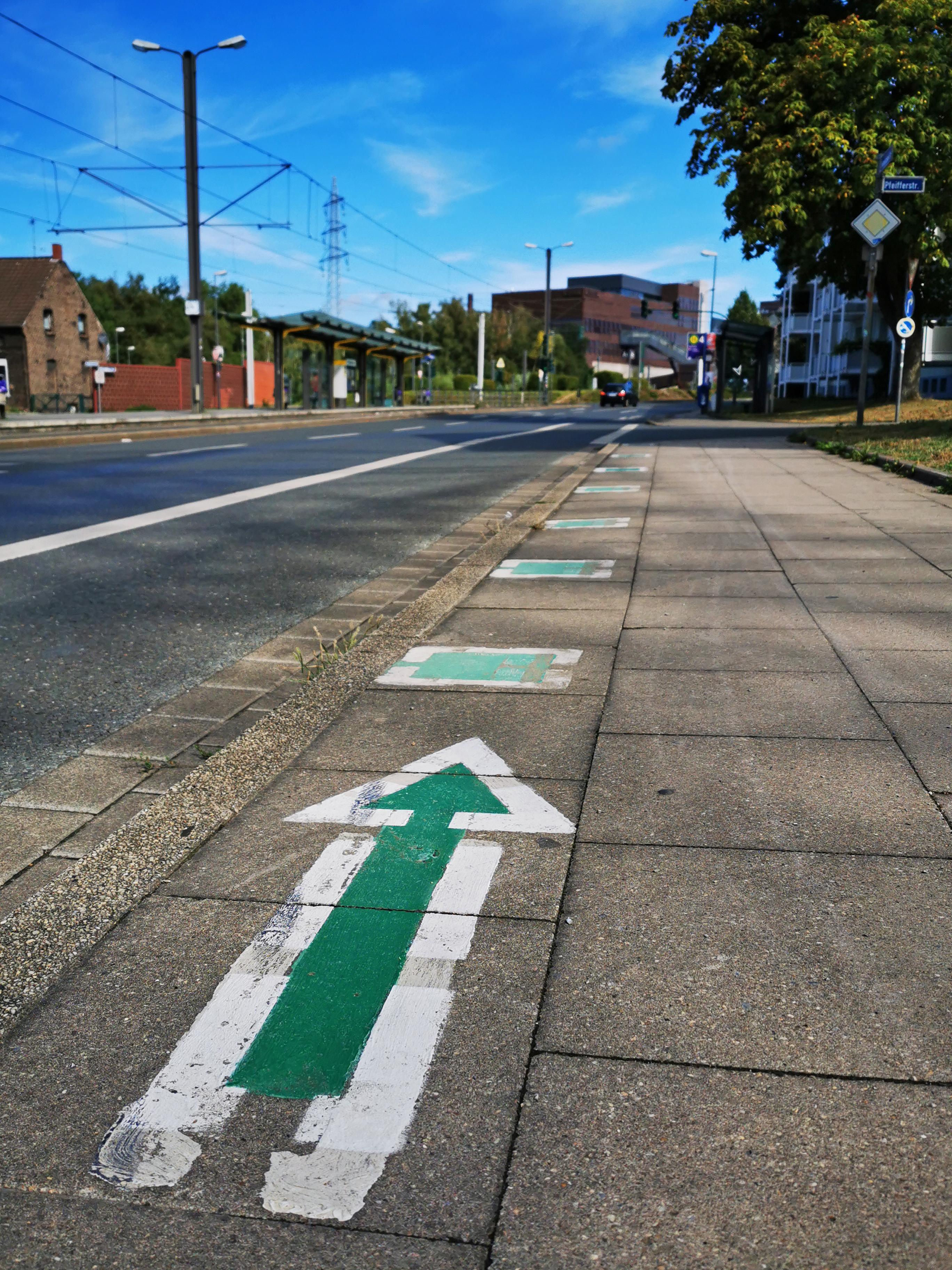Das Bild zeigt eine Bodenmarkierung der Natur Route