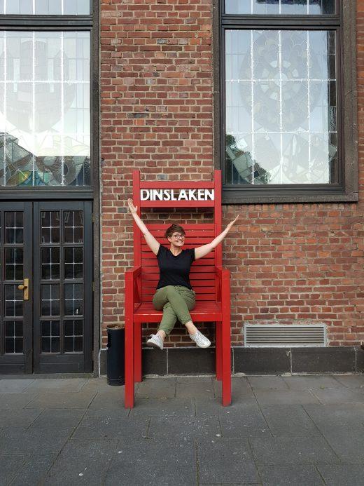 """Das Foto zeigt Johanna auf dem """"Dinslaken Stuhl"""""""