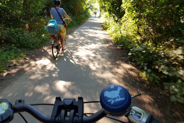 Das Foto zeigt eine Radfahrerin in Dinslaken