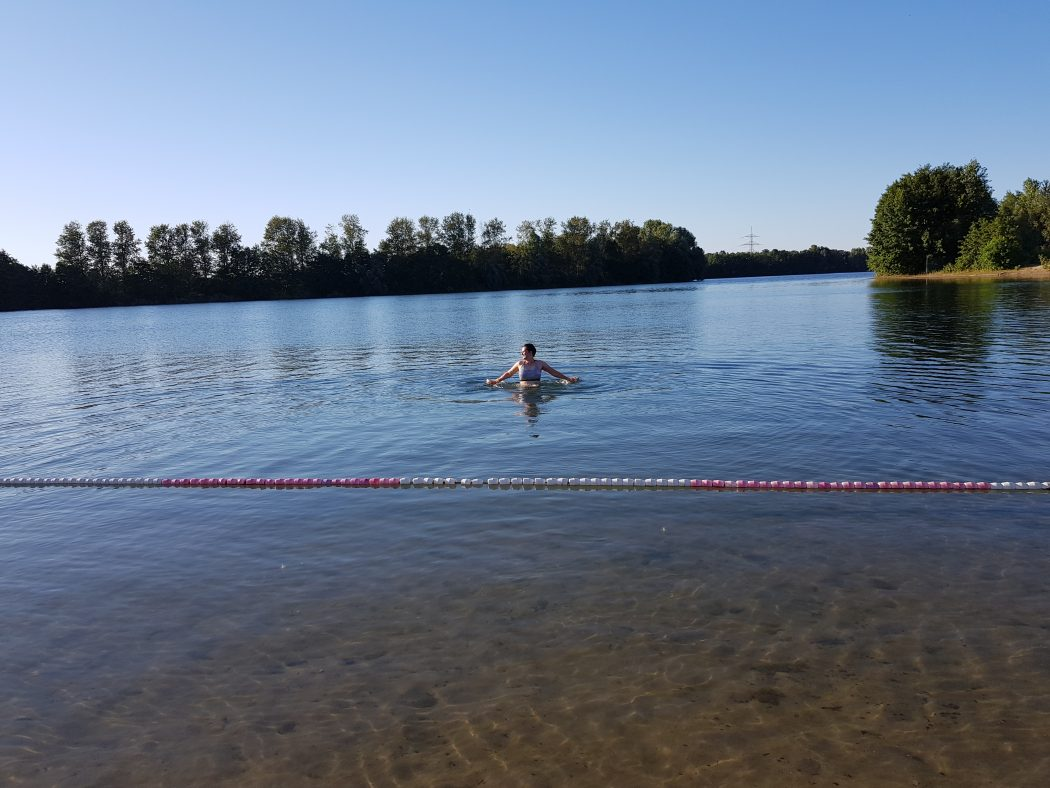 Das Foto zeigt Johanna beim Schwimmen im Tenderingssee in Dinslaken