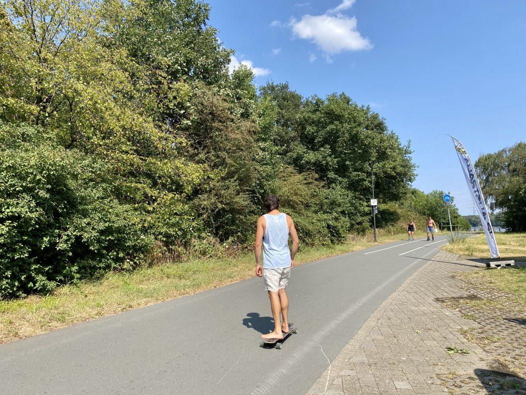 Das Foto zeigt Lukas auf dem Longboard auf der Ruhr Inline Strecke am Kemnader See in Bochum