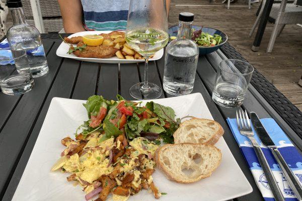 Das Foto zeigt zwei Gerichte in der See-Bar am Baldeneysee in Essen