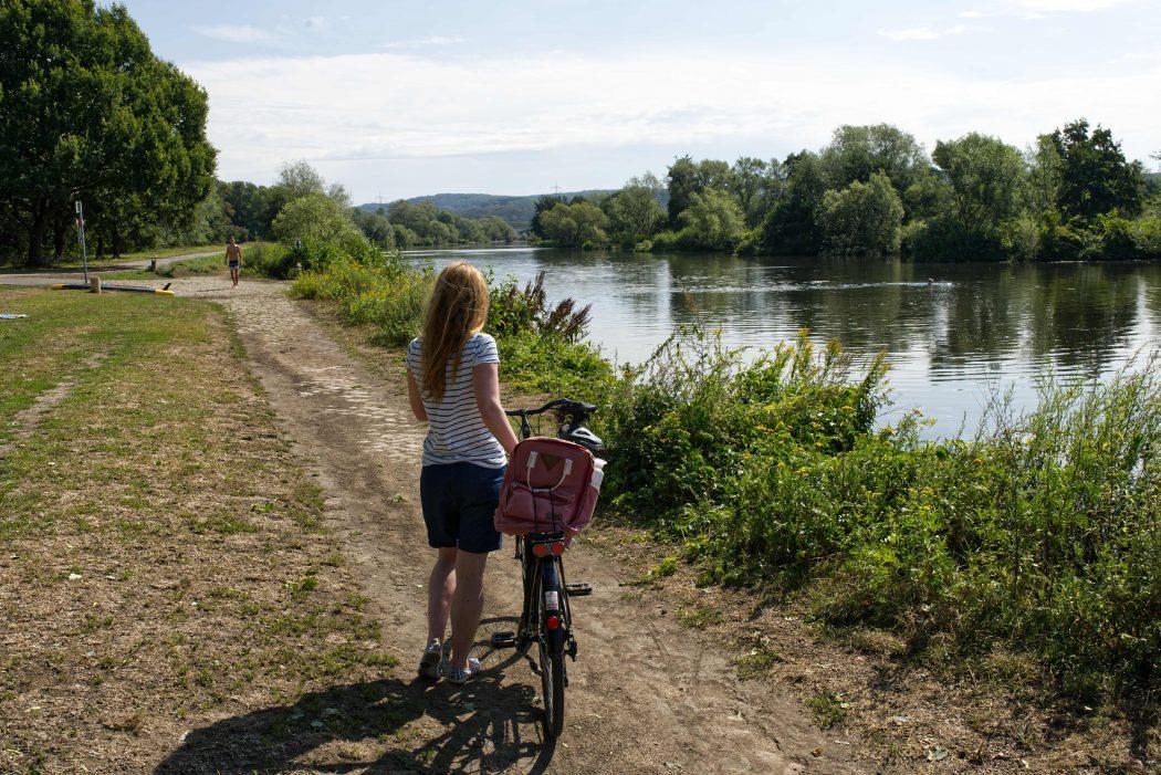 Das Foto zeigt Rebecca mit dem Fahrrad am Kemnader See