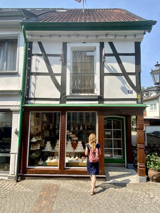 Das Foto zeigt Rebecca vorm Schaufenster der Traumtorten in Essen-Werden