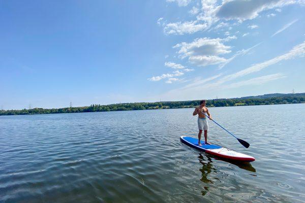 Das Foto zeigt einen Stand-up-Paddler auf dem Kemnader See in Bochum
