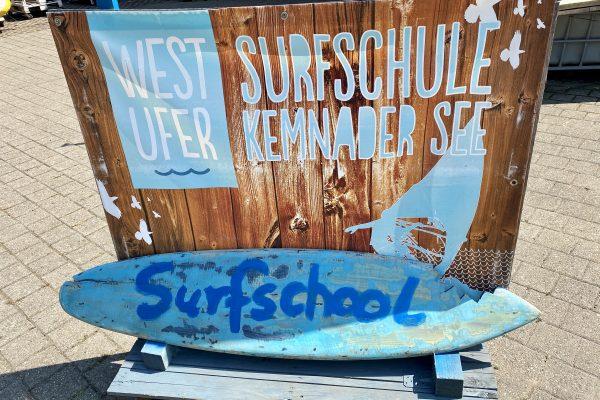 Das Foto zeigt die Deko an der Surfschule Westufer am Kemnader See in Bochum