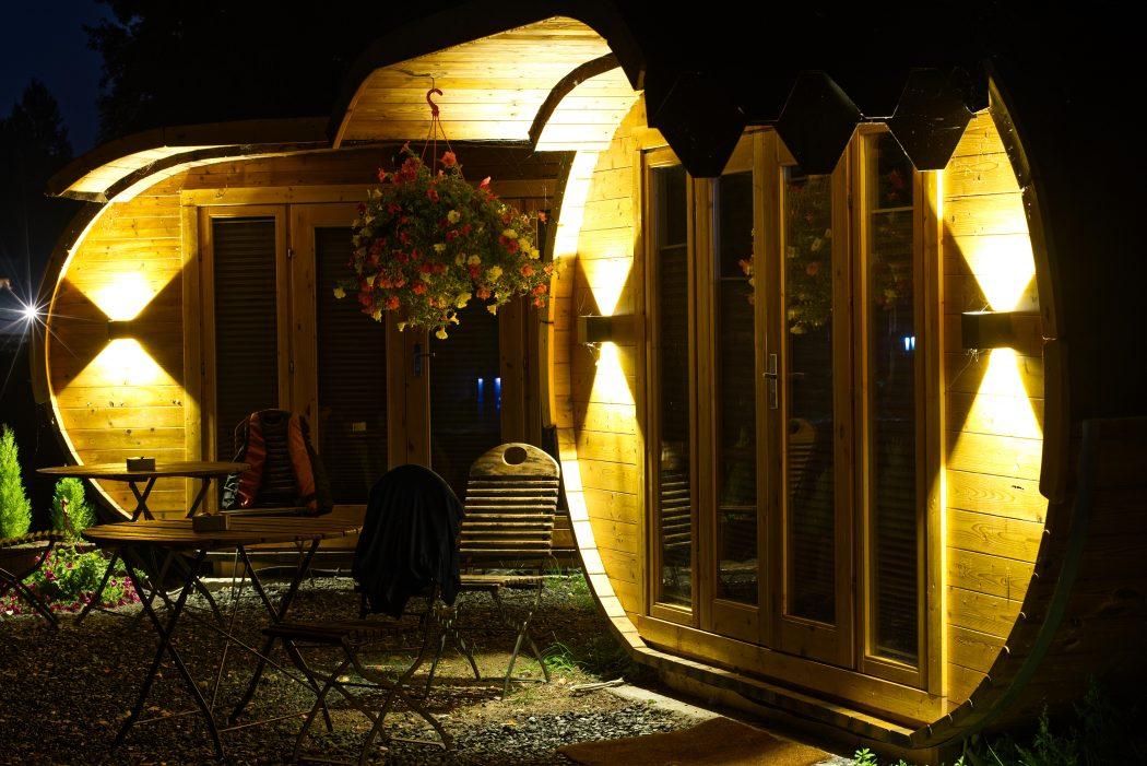 Das Foto zeigt zwei Wohnweinfässer des Landhaus Grum in Hattingen bei Nacht