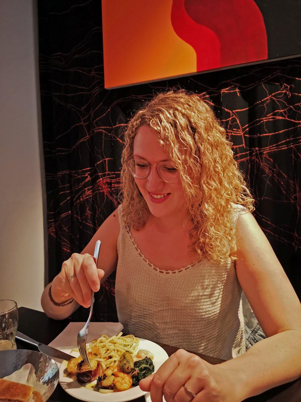 Das Bild zeigt eine weibliche Person beim Essen
