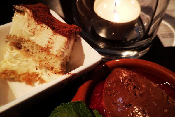 Das Bild zeigt Mousse au Chocolat und Tiramisu