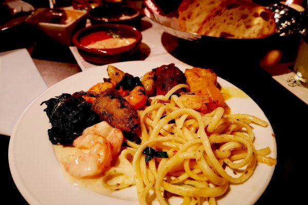 Das Bild zeigt einen Teller mit Essen