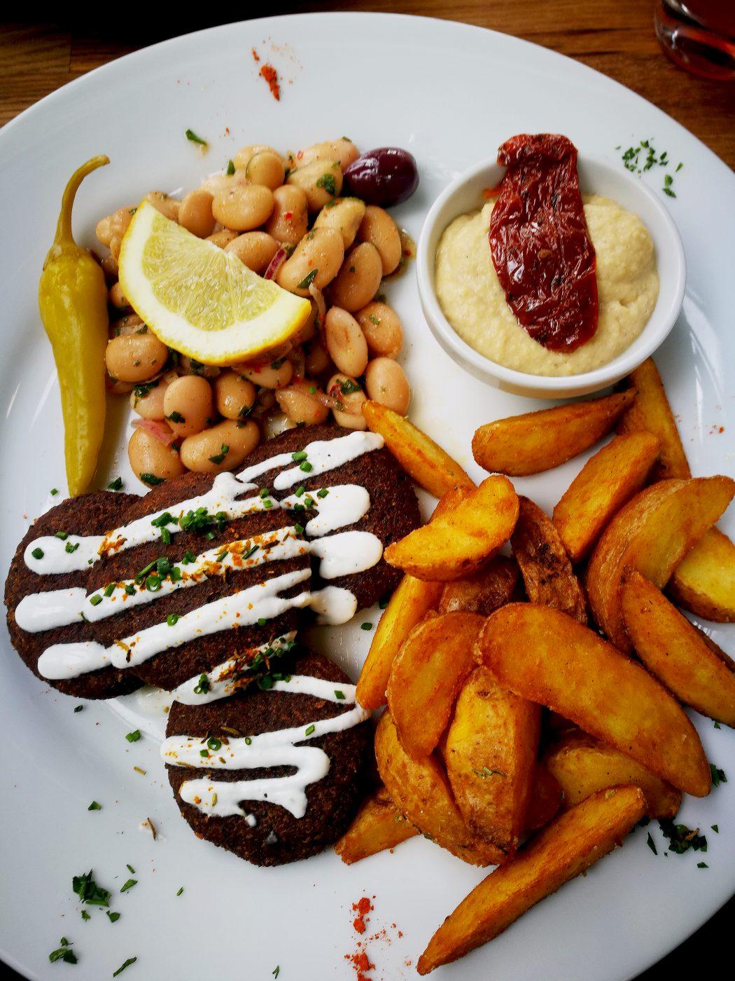 Das Bild zeigt einen Falafel-Teller